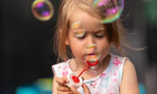 Dziewczynka puszcza bańki mydlane