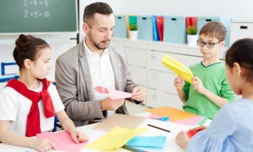 Robienie samolotów z papieru razem z dziećmi