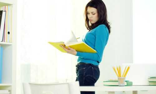 kobieta szuka znaczenia słowa wyględny